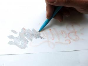"""On """"colorie"""" la surface du visuel sur l'arrière de notre feuille."""