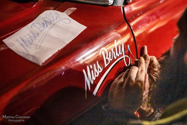 Peinture d'un lettrage sur une Ford Mustang